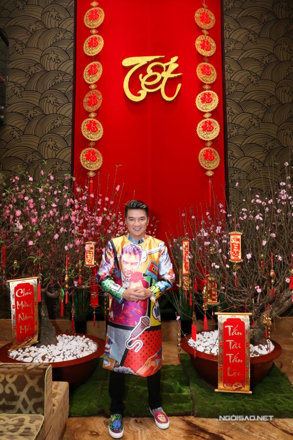 Đàm Vĩnh Hưng mặc áo dài họa tiết pop-art vẽ chính anh và đi giày ton-sur-to đầy màu sắc. Tết năm nào anh cũng chuẩn bị trang phục ấn tượng để mừng năm mới.