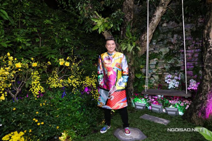 Góc vườn trong biệt thự các loại hoa đang thi nhau đua nở. Đây là nơi anh thường ra ngồi thư giãn khi mỏi mệt.