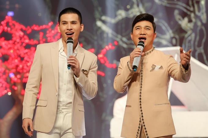 Quang Linh và Quốc Thiên kết hợp ăn ý khi thể hiện ca khúc Cười trong năm mới.
