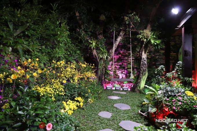 Dưới ánh đèn đêm khu vườn của Mr Đàm thêm lung linh, nhìn như chốn bồng lai tiên cảnh.