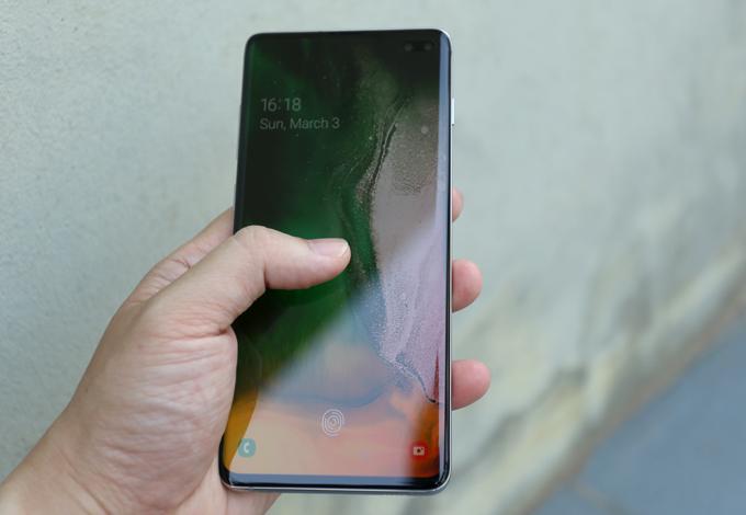 Samsung lần đầu tiên đưa vào cảm biến vân tay siêu âm tích hợp trongmàn hình. Cảm biến này có tốc độ nhận diện nhanh và bảo mật hơn so với cảm biến tay quang học.