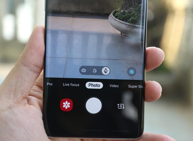 Máy có góc chụp thường, góc rộng và tele. Ngoài ra, Galaxy S10+ là smartphone đầu tiên sở hữu khả năng quay video selfie 4K.