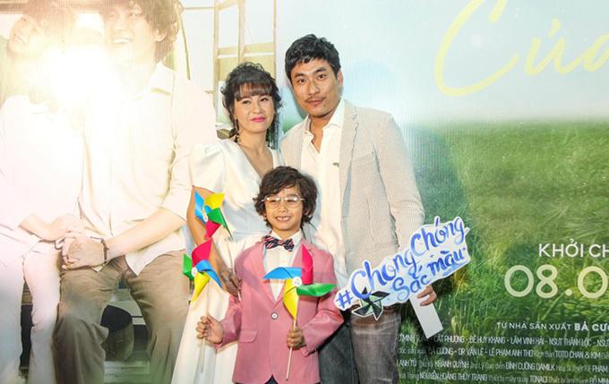 Cát Phượng cùng ông xã Kiều Minh Tuấn và diễn viên nhí Huy Khang tại sự kiện ra mắt phim Hạnh phúc của mẹ hôm 21/2.