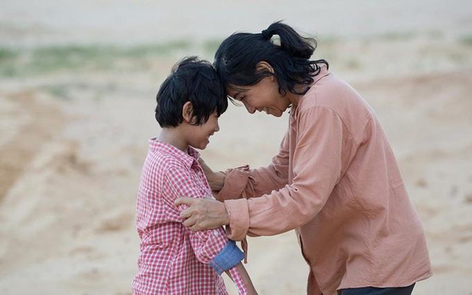 Cát Phượng (phải) vào vai người mẹ có con trai bị tự kỷ do sao nhí Huy Khang đóng (trái).