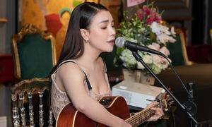 Trà Ngọc Hằng ngẫu hứng đàn hát trong sự kiện