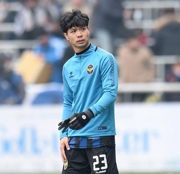 Công Phượng ra khởi động ở trận gặp Jeju United nhưng không được tung vào sân thay người. Ảnh: IUFC.