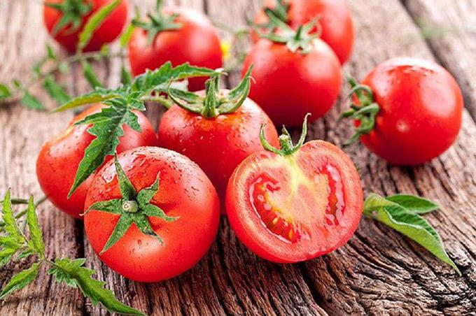 Tiếp đến là cà chua. Cà chua là một nguồn dồi dào của các hợp chất chống oxy hoá và vitamin C. Những hợp chất này rất hiệu quả trong việc giúp cơ thể chống chọi lại các gốc tự do gây ung thư. Ngoài ra, lượng lycopene cao trong cà chua cũng là một chất ngăn ngừa ung thư hữu hiệu.  tim mạch, tiểu đường, tiêu hóa và giúp mắt sáng