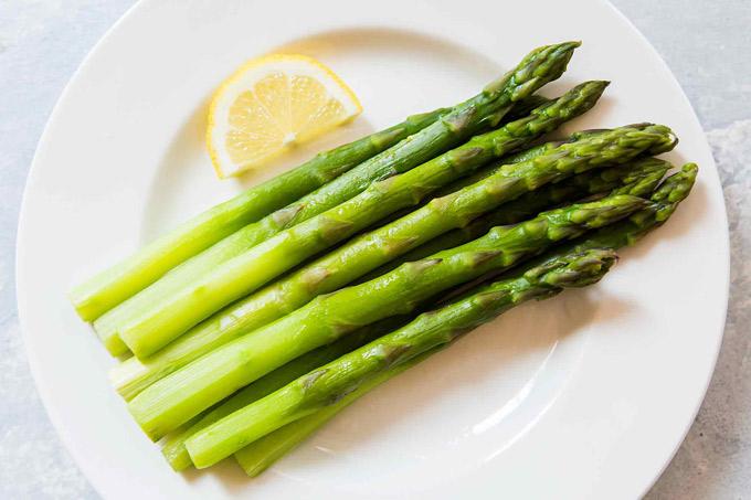 Đứng thứ 2 là măng tây. Viện Ung thư Quốc gia Mỹ xếp măng tây vào danh sách những thực phẩm có lợi cho sức khỏe, là nguồn cung cấp glutathione (chất chống oxy hóa mạnh) dồi dào nhất trong số thực phẩm được thử nghiệm. Các chất chống oxy hóa này giúp giảm nguy cơ mắc các bệnh tim mạch, tiểu đường và ung thư. Ngoài ra loại thực phẩm này còn chứa vitamin C, beta-carotene và các khoáng chất kẽm, selen, mangan.