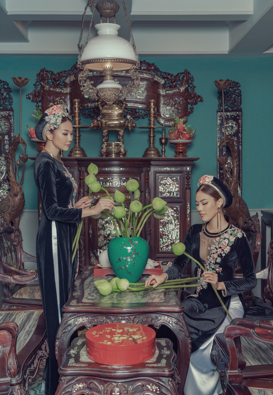 Chiếc áo tà dài truyền thống sử dụng chất liệu chính là nhung với những gam màu trầm mang sự uy nghiêm và tính vương giả của thời kỳ vàng son.