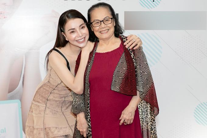 Trà Ngọc Hằng rất vui khi cô giáo dạy thanh nhạc Minh Huệ tới chia vui cùng cô.
