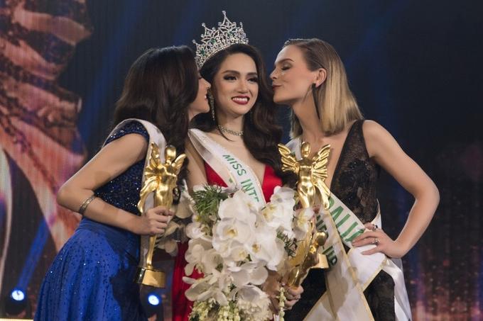 Tối 9/3/2018, Hương Giang (giữa) xuất sắc vượt qua 27 thí sinh chuyển giới từ các quốc gia để đăng quang Hoa hậu Chuyển giới Quốc tế 2018 và giành hai giải phụ: 'Thí sinh Tài năng' và 'Video giới thiệu được nhiều người xem nhất'. Đây là lần đầu tiên đại diện Việt Nam tham gia và giành ngôi vị cao nhất tại cuộc thi này.