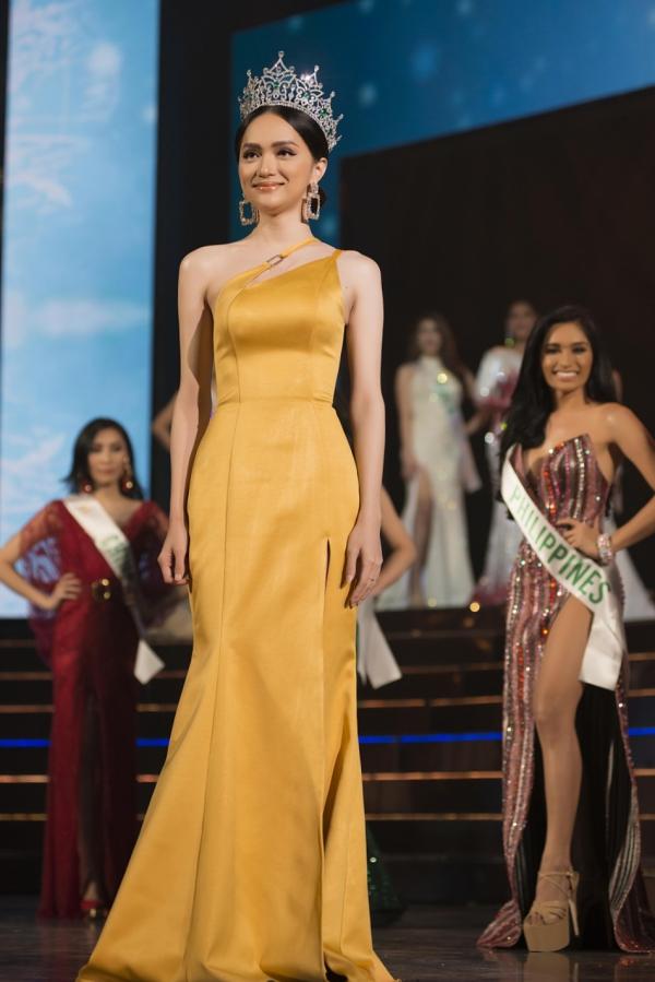 Hương Giang xuất hiện trên sân khấu chào khán giả. Nhan sắc của cô được khen ngợi ngày càng cuốn hút sau một năm đăng quang.
