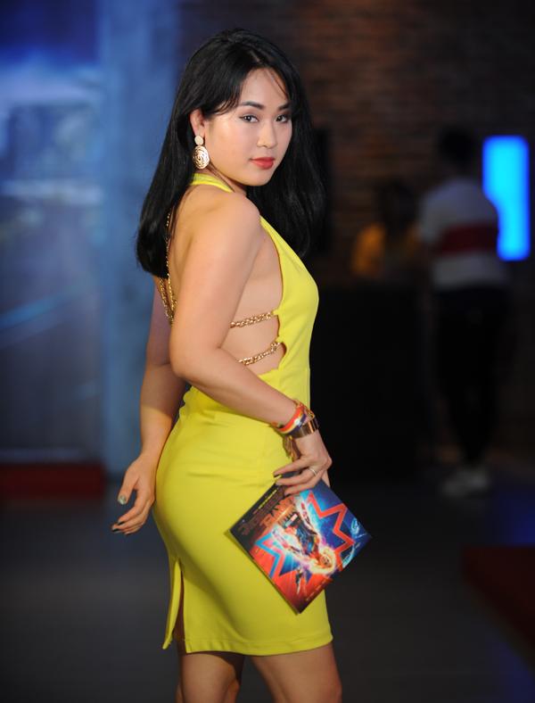 Diễn viên Diễm Hằng táo bạo khoe lưng trần với thiết kế màu vàng nổi bật.