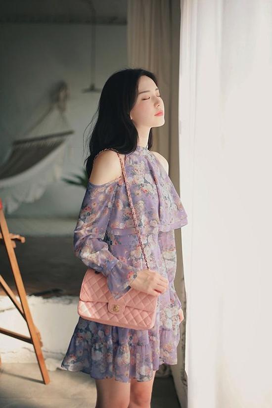 Đầm khoét vai xây dựng trên các chất liệu vải mềm mỏng cũng là trang phục phù hợp với tiết trời nắng nóng mùa này.
