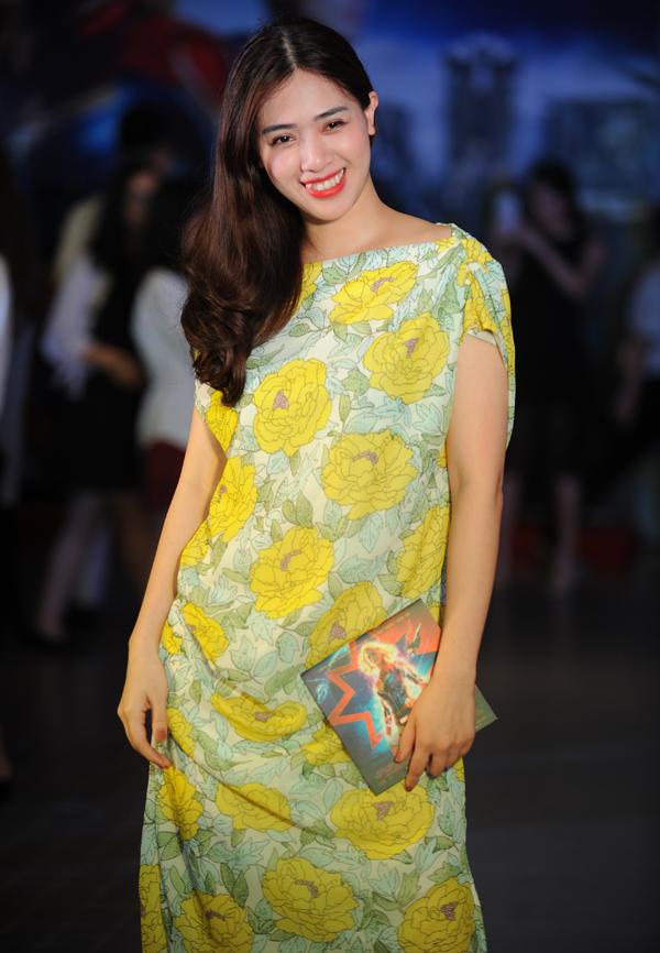 Ngược lại, hot girl Hà Min giấu đường cong trong bộ cánh rộng.