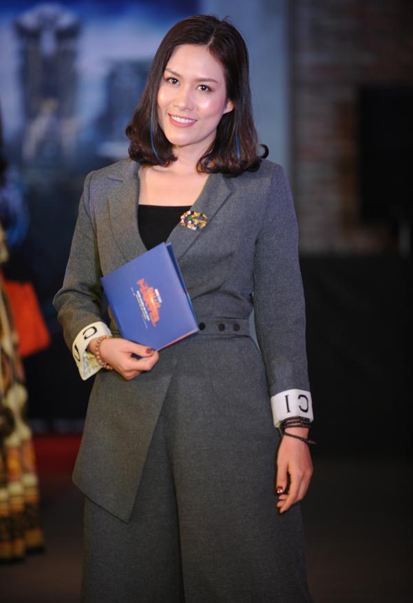 Diễn viên Hà Hương của Phía trước là bầu trời xuất hiện với phong cách công sở chỉn chu.