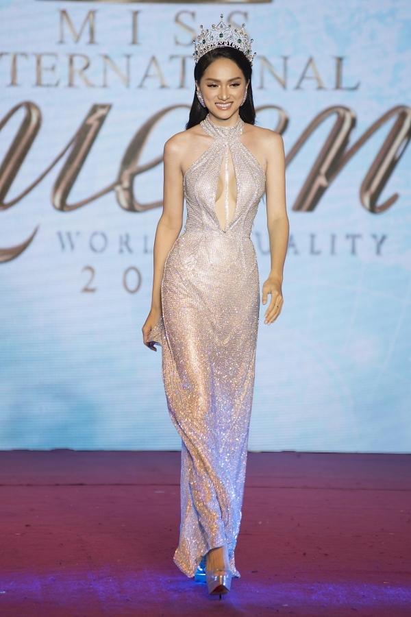 Tối 8/3, Hương Giang sẽ trao lại vương miện Hoa hậu Chuyển giới Quốc tế, khép lại một năm nhiệm kỳ nhiều dấu ấn.