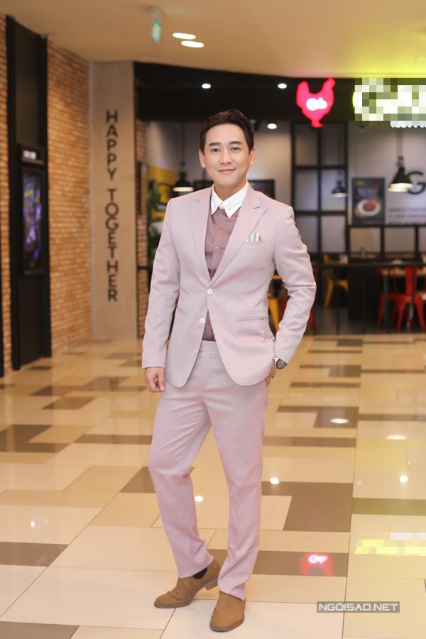 Diễn viên Hứa Vĩ Văn bảnh bao trong bộ vest hồng nhạt.
