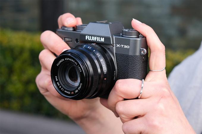 X-T30 có giá bán cho thân là 899 USD.Giá cho combo kèm kèm ống kính15-45 mm, 18-55 mm lần lượt là 999 USD và 1.299 USD.