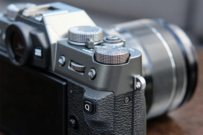 Các tính năng mới khác bao gồm Focus Lever để dễ dàng chuyển điểm lấy nét, bảng điều khiển màn hình cảm ứng trực quan hơn với mức độ phản hồi được cải thiện và thiết kế thân máy được cải thiện để tăng độ ổn định, đặc biệt là khi chụp ảnh bằng ống kính lớn hơn và nặng hơn.  Thuật toán lấy nét tự động của X-T30 đã được cải thiện trên hệ thống được sử dụng trong mẫu X-T3 hàng đầu của FujiFilm cho hiệu suất theo dõi AF tiên tiến hơn. Hệ thống AF mới đã tăng cường độ chính xác khi phát hiện khuôn mặt và mắt, cũng như chức năng Chọn mặt mới giúp tự động lấy nét ưu tiên trên một đối tượng được chọn.