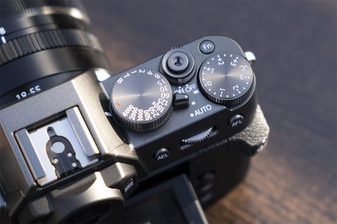 .FUJIFILM Mặc dù có thân hình nhỏ gọn và nhẹ, FujiFilm X-T30 có cảm biến 26,1 megapixel, một trong những độ phân giải cao nhất trong số các máy ảnh kỹ thuật số cảm biến APS-C. FujiFilm tuyên bố rằng cũng như cung cấp độ phân giải được cải thiện, cảm biến hình ảnh mới mang lại hiệu suất nhiễu thấp đặc biệt và khả năng tái tạo màu sắc vượt trội. Độ nhạy bản địa thấp nhất là ISO 160, trước đây mức thấp hơn chỉ có sẵn dưới dạng cài đặt ISO mở rộng, nhưng giờ đây nó có sẵn khi chụp ảnh ở chế độ RAW. FujiFilm cũng đã mở rộng chế độ Mô phỏng phim được đánh giá cao bao gồm một kho phim mới có tên Eterna.