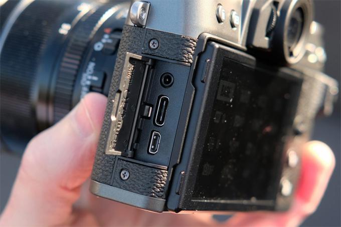 X-T30 nhỏ gọn và nhẹ chỉ nặng 383g và hình dạng của nó đã được thiết kế để tăng cường độ ổn định khi cầm máy ảnh. Việc sử dụng Focus Lever, thay thế các Nút chọn, đã giải phóng không gian cho một khu vực kẹp thêm ở phía sau máy ảnh, giúp cầm thoải mái hơn.  Màn hình LCD phía sau X-T30, đã được giảm xuống 1,3mm và có màn hình cảm ứng cải tiến với độ phản hồi tốt hơn. Màn hình bổ sung cho Focus Lever mới để vận hành nhanh hơn và trực quan hơn.  Một điểm mới nữa đối với X-T30 là lớp vỏ máy ảnh mới thứ ba. Cũng như có sẵn trong màu đen và bạc, FujiFilm đã thêm một màu mới, bạc than. Mô hình bạc than sẽ được ra mắt vào tháng Năm, hai tháng sau khi ra mắt phiên bản màu đen và bạc.   FujiFilm X-T30 sẽ có sẵn trong một kết thúc Than mới cũng như Đen và Bạc thông thường hơn