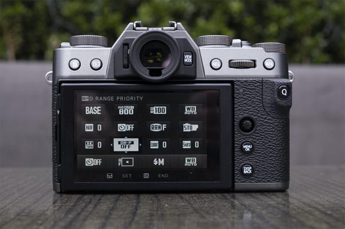 X-T30 cũng tích hợp một số chức năng chụp ảnh để tùy chỉnh ảnh, chẳng hạn như điều chỉnh đơn sắc của Khăn, có sẵn cho ACROS và Đơn sắc, và hiệu ứng Chrome Màu Chrome cung cấp màu sắc sâu hơn và tăng tông màu tốt hơn. Số lượng pixel phát hiện pha trên cảm biến hình ảnh X-Trans CMOS 4 của X-T30 đã được tăng lên 2,16 triệu, gấp khoảng bốn lần so với người tiền nhiệm của nó, X-Trans CMOS 3. Vùng AF phát hiện pha trên cảm biến hiện bao phủ toàn bộ khung hình (xấp xỉ 100%), giúp có thể lấy nét nhanh và chính xác vào một đối tượng bất cứ nơi nào trong khung hình. FujiFilm nổi tiếng về việc sản xuất máy ảnh mang lại màu sắc tuyệt vời cũng như mang lại cảm giác retro nhẹ nhàng mà các nhiếp ảnh gia thực sự đánh giá cao.FUJIFILM Giới hạn ánh sáng thấp để phát hiện pha AF đã được mở rộng từ + 0,5EV đến -3EV, giúp có thể lấy nét tự động trong điều kiện ánh sáng rất kém, chẳng hạn như vào ban đêm hoặc dưới ánh nến. Bên cạnh X-T3 hàng đầu, X-T30 có hiệu suất và chức năng AF tốt nhất trong số các máy ảnh X Series, kết hợp xử lý hình ảnh nhanh với động cơ X-Processor 4 và thuật toán AF cải tiến để nhận diện khuôn mặt và mắt chính xác hơn. Chức năng Face Chọn cũng đã được giới thiệu để cung cấp tự động lấy nét ưu tiên cho người được chọn ngay cả khi nhiều khuôn mặt được phát hiện trong một khung. Hiệu suất của chế độ Advanced SR Auto đã được cải thiện phù hợp với việc nâng cao hiệu suất của máy ảnh AF AF. Ở chế độ này, máy ảnh sẽ tự động chọn cài đặt chụp tối ưu cho mọi cảnh đã cho từ 58 cài đặt trước, mang lại chất lượng hình ảnh được cải thiện ngay cả đối với người mới bắt đầu. Một cải tiến lớn khác được giới thiệu với X-T30 là chức năng video 4K / 30P tiên tiến hơn, có thể ghi lại âm thanh độ phân giải cao mà không cần bất kỳ thiết bị bổ sung nào. Video được cải tiến cũng bổ sung chức năng theo dõi bằng mắt trong khi quay video. FujiFilm X-T30 có màn hình LCD mỏng hơn ở phía sau với hiệu suất màn hình cảm ứng được cải thiện.FUJIFILM X-T30 ghi ở chế độ 6K (6240x3510) sau đó được xử