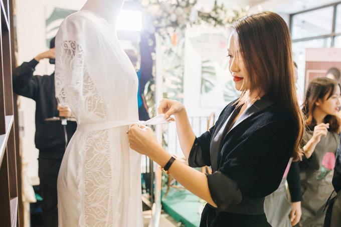 Thùy Trang tự học các cáchchọn chất liệu, thiết kế trang phục.
