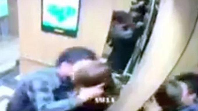 Hình ảnh camera an ninh của toà nhà ghi lại vụ việc vào đêm 4/3.Ảnh cắt từ clip