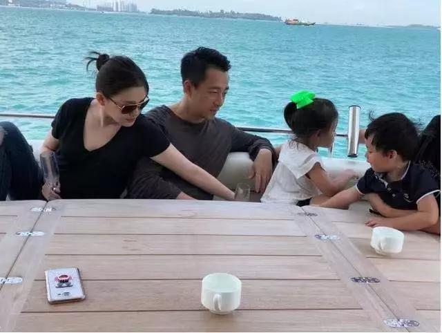 Hy Viên cùng chồng và hai con trong chuyến du lịch cách đây ít lâu.