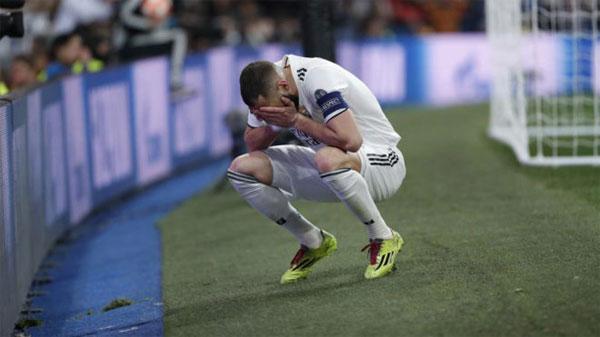 Benzema thất vọng khi bỏ lỡ cơ hội trước khung thành Ajax trong trận lượt về.