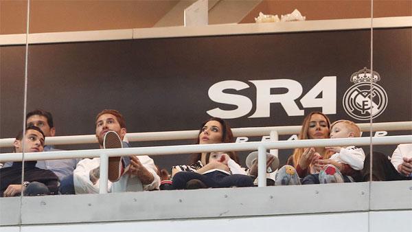 Sergio Ramos cùng vợ và hai con trai tới Bernabeu
