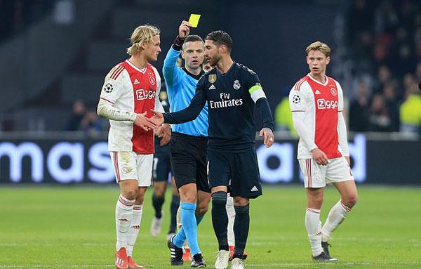 Sau chiến thắng 2-1 ở lượt đi trên sân Ajax, Ramos thừa nhận cố tình phạm lỗi không cần thiết ở cuối trận để tẩy thẻ.