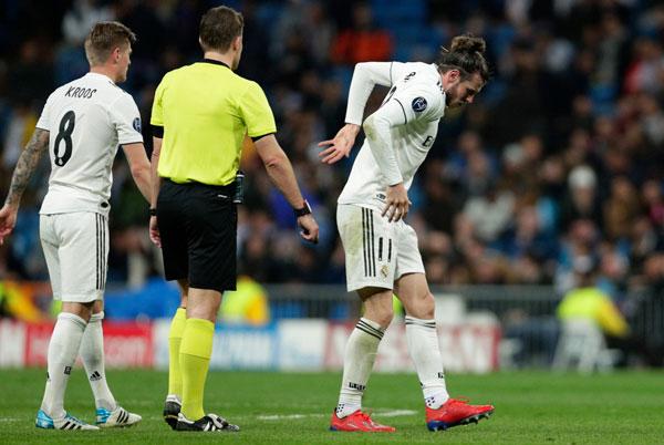 Gareth Bale vào sân từ ghế dự bị ở hiệp một nhưng tập tễnh rời sân.