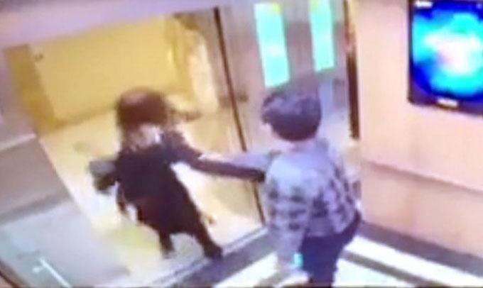 Sau khi cô gái vùng vẫy để thoát, người đàn ông cố kéo lại nhưng bất thành. Ảnh cắt từ clip