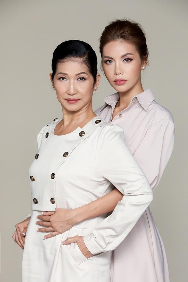 Dịp 8/3, siêu mẫu Minh Tú thực hiện bộ ảnh kỷ niệm cùng mẹ. Trong một dịp phỏng vấn tại cuộc thi Hoa hậu Siêu quốc gia 2018, Minh Tú chia sẻ mẹ là người ảnh hưởng nhất đến cô.