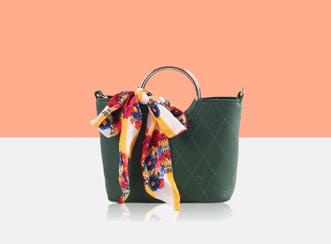 Túi thời trang Verchini cókiểu dáng đơn giản, hơi hướng cổ điển. Đây là mónphụ kiện thời trang lý tưởng cho bạn gái, đồng thời tăng khả năng mang thêm nhiều vật dụng bên mình khi đi chơi, du lịch, dã ngoại... Sản phẩm được làm bằng chất liệu da tổng hợp, độ bền lâu, cho giá trị sử dụng lâu dài đồng thời mang đến sự sang trọng cho người dùng. Dây đeo có thể dễ dàng thay đổi độ dài cho phù hợp với mỗi người.