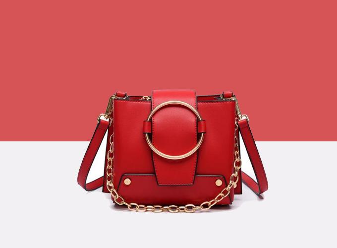 [Caption] Dành riêng cho những cô nàng cá tính, yêu thích sự nổi loạn mạnh mẽ là mẫu túi xách màu đỏ với nhiều chi tiết phụ kiện như xích sắt, vòng kim loại, các đường cắt và xếp layer độc đáo.
