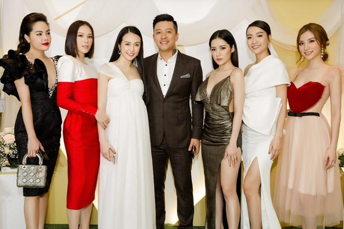 Vợ chồng Tuấn Hưng chụp ảnh cùng các khách mời. Dù bụng bầu khá lớn, Thu Hương trông vẫn nhanh nhẹn và khỏe khoắn.