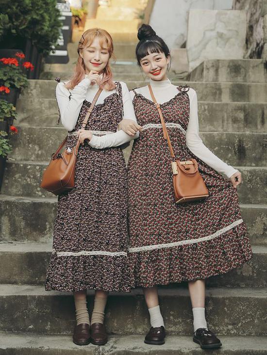 Nếu là đôi bạn có hình thể tương đương nhau thì cách lên đồ đôi lại càng trở nên dễ dàng hơn. Cùng diện váy hoa hai dây nhưng bạn gái cũng có thể tạo điểm nhấn riêng bằng cách chọn giầy da, vớ và túi đeo chéo.