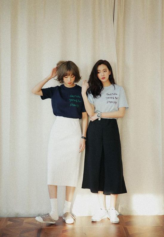 Vẫn là cách diện áo thun in ký tự, chân váy rời nhưng tùy vào sở thích của mình mà các chị em có thể chọn tông màu khác nhau.
