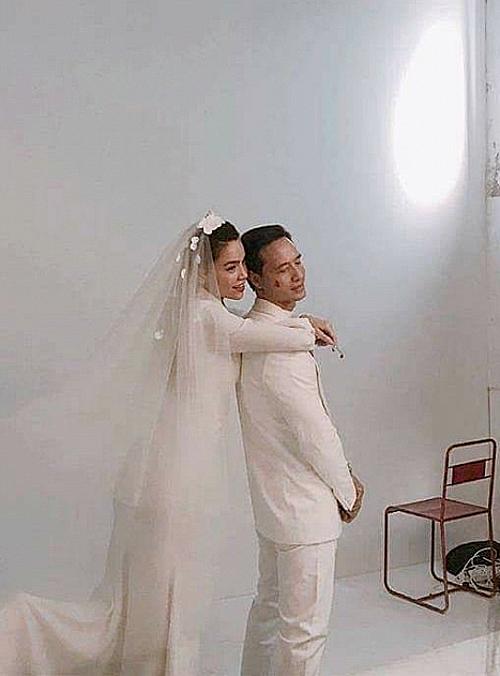 Mạng xã hội chia sẻ nhiều hình ảnh được cho là hậu trường buổi chụp ảnh cưới của Hà Hồ - Kim Lý. Tuy nhiên nữ ca sĩ phủ nhận: Việc tôi chụp ảnh cưới với Kim Lý là muốn truyền cảm hứng đến mọi phụ nữ.Kim Lý không phải người đầu tiên tôi chụp hình áo cưới.