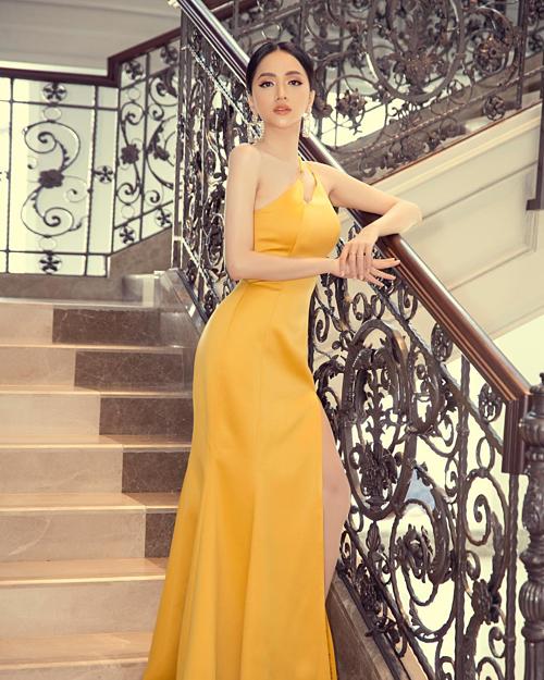 Hoa hậu Hương Giang diện váy ôm sát tôn dáng 3 vòng gợi cảm.