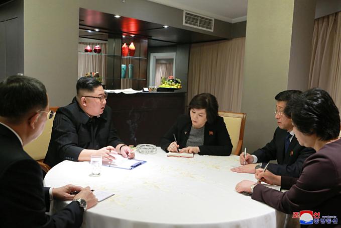 Ông Kim Jong-un và các quan chức họp ngay sau khi vị lãnh đạo Triều Tiên đến khách sạn Melia chiều 26/2.
