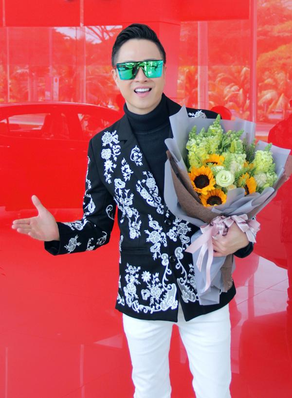 Nhật Tinh Anh ăn mặc bảnh bao đi nhận xe mới tại một showroom ôtô ở TP HCM.
