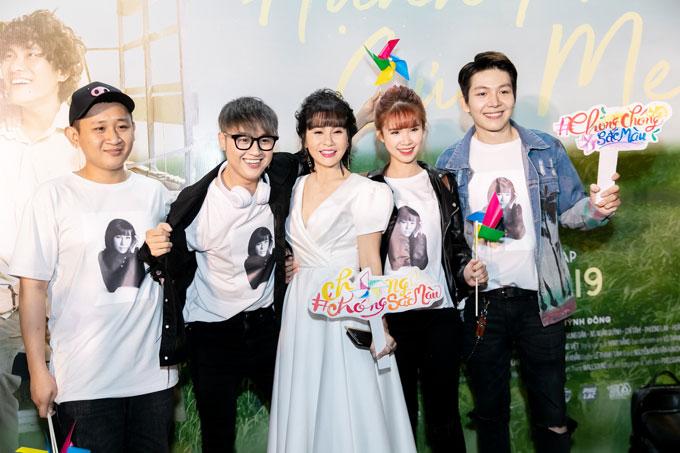 Thanh Duy (thứ 2, từ trái sang) và vợ chồng Khởi My - Kevin Khánh (ngoài cùng bên phải) tới buổi ra mắt phim.