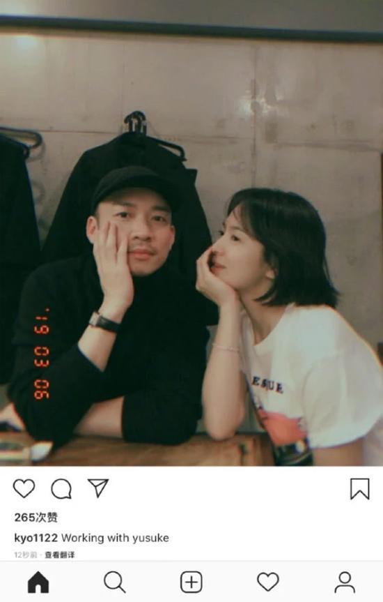 Tin đồn Song Hye Kyo, Song Joong Ki ly dị gây ồn ào làng giải trí Hoa ngữ suốt cuối tháng 2, tuy nhiên, cả hai nhân vật chính đều không mấy bận tâm. Ngoại trừ việc thông qua quản lý phủ nhận thông tin vô căn cứ, cả hai từ chối chia sẻ bất cứ điều gì về hôn nhân.