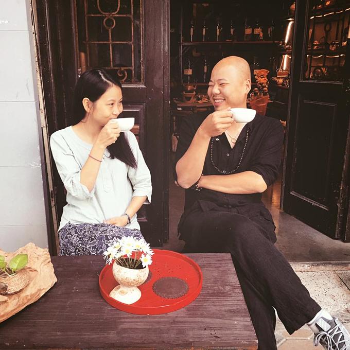 Vợ chồng Hùng - Yến hạnh phúc với quán nhỏ và hành trình giới thiệu trà Việt làmthủ công. Ảnh:Hiền Minh Tea.