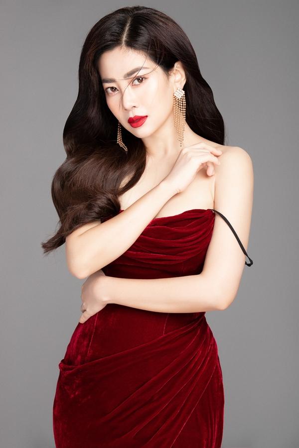 Diễn viên Mai Phương chọn phong cac1ch gợi cảm trong bộ ảnh mới. Chiếc đầm nhung hai dây kết hợp