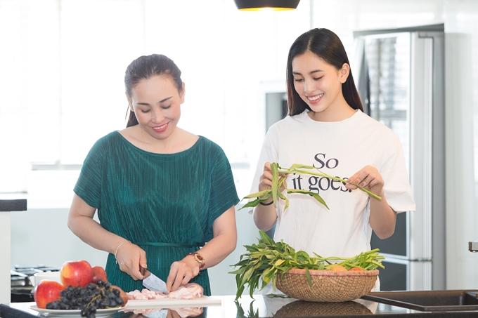 Mẹ Tiểu Vy vừa sắp xếp công việc vào Sài Gòn thăm cô gái. Nhân ngày 8/3, hai mẹ con Hoa hậu Việt Nam cùng nhau nấu ăn, tân hưởng giây phút nghỉ ngơi cùng nhau.